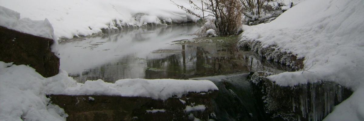 Eine (Nette-) quelle aus Schnee und Eis